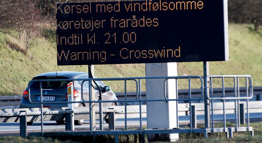 Advarselstavle ved Storebæltsbroen ved Nyborg, tirsdag middag den 1. januar 2019. Storebæltsbroen risikerer at lukke for trafik i fire timer tirsdag eftermiddag. Det skriver selskabet bag forbindelsen tirsdag formiddag. Det er den kraftige blæst, der er årsag til varslingen, som er gået ud via Twitter.. (Foto: Robert Wengler/Ritzau Scanpix)
