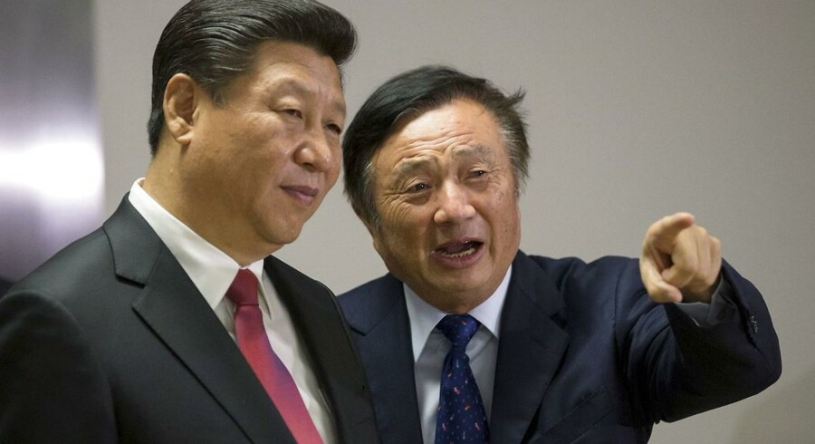 Huaweis stifter og grå eminence, Ren Zhengfei (til højre), viser Kinas præsident, Xi Jinping (til venstre) rundt på Huaweis kontorer i London under et officielt besøg i Storbritannien i oktober 2015. USA er bekymret for det tætte bånd mellem den succesrige mobilgigant og det kinesiske styre. Arkivfoto: Matthew Lloyd, Reuters/Scanpix