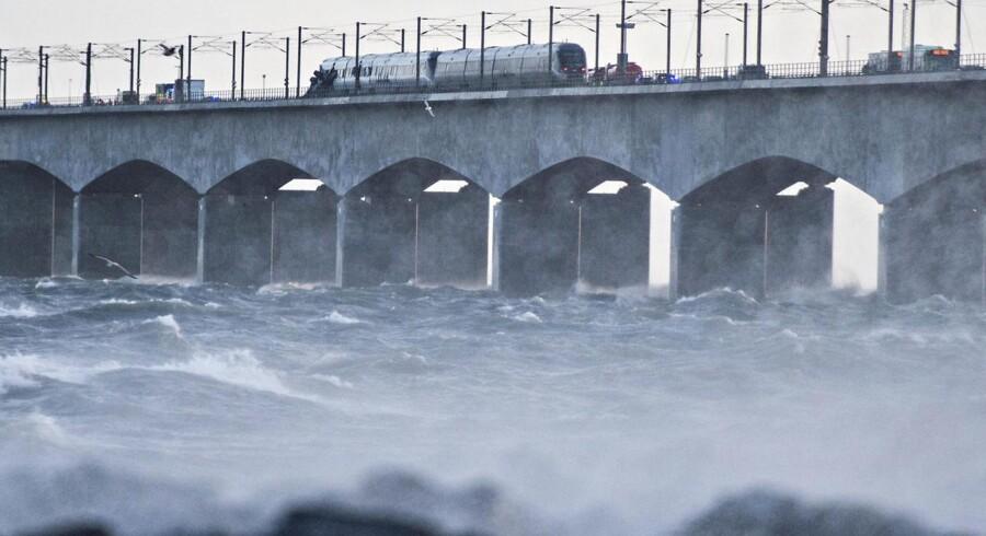 Togulykke på Storebæltsbroen. På selve lavbroen holder et forulykket passagertog, mens der ved landfæstet holder et godstog, hvor flere dele af godset tydeligvis mangler. Foto: Michael Bager