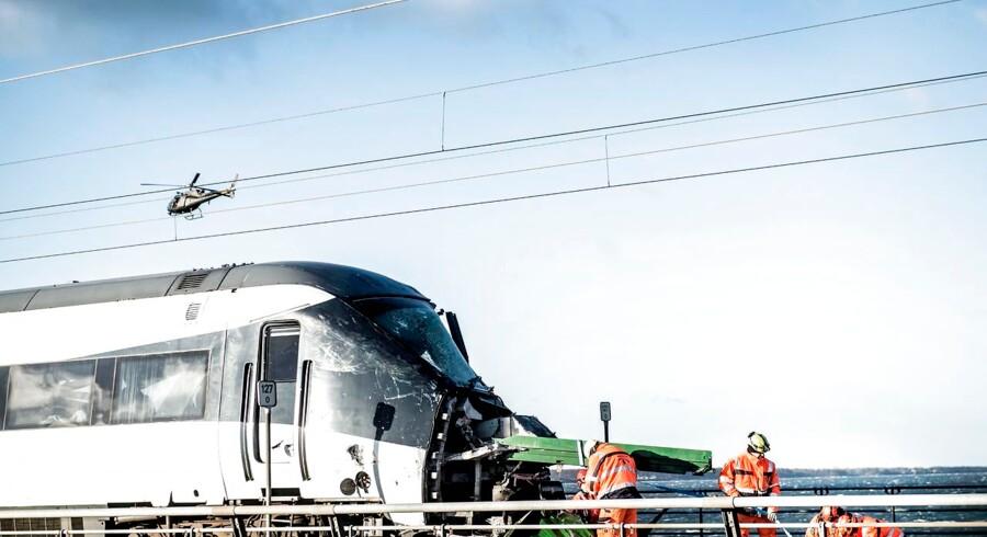 Den værste togulykke i over 30 år indtraf onsdag morgen på Storbæltsbroen, da et passagertog ramte en væltet trailer fra et godstog, men hvad der mere præcis er sket, vides endnu ikke.