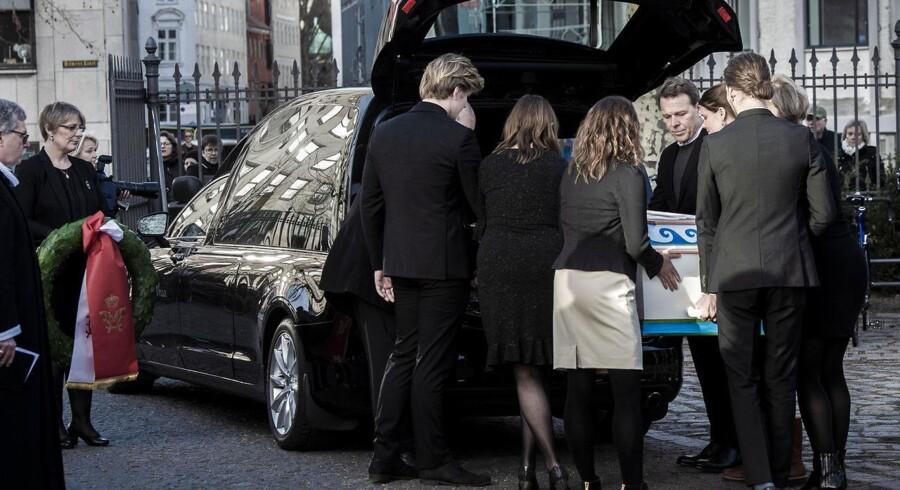 Mikkel Beha Erichsen og resten af familien siger et sidste farvel til Troels Kløvedal, der torsdag begraves fra Holmens Kirke i København.