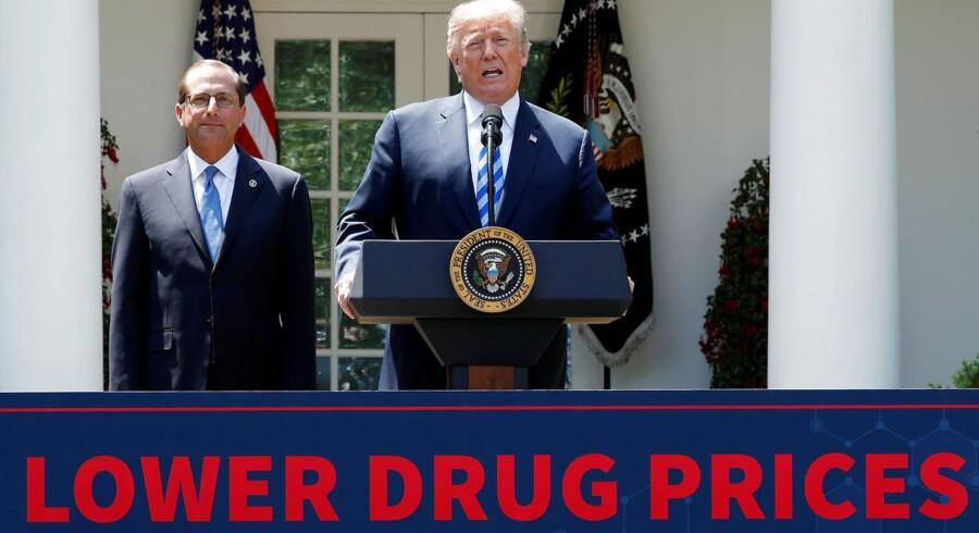 USAs præsident, Donald Trump, har flere gange tordnet mod den globale medicinalindustri. Trumps sundhedsminister, Alex Azar (t.v.), har nu fremlagt et forslag, der skal gøre op med de svimlende høje medicinpriser, hvor mellemmænd skummer fløden.