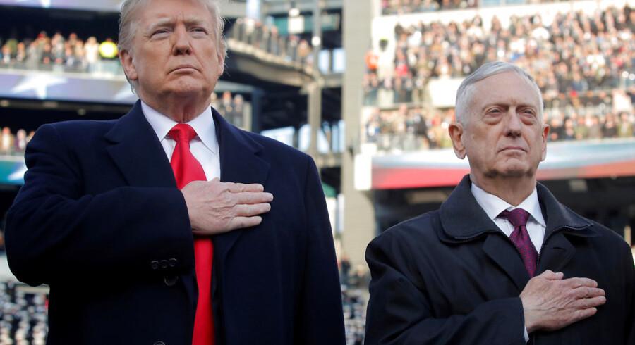 USAs præsident Donald Trumps forhold til sine militære embedsmænd bliver stadig mere anspændt. Her ses han med nu forhenværende forsvarsminister Jim Mattis, mens de endnu stod skulder ved skulder først i december. Arkivfoto: Jim Young/Ritzau Scanpix