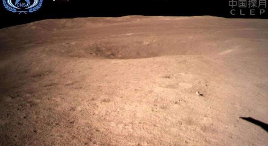 Verdens første nærbillede fra Månens bagside. Det kinesiske robotkøretøj Chang'e 4 landede midt i et krater, der i sig selv ligger i et enormt og op til 13 kilometer dybt krater på den fra Jorden evigt skjulte side af Månen.