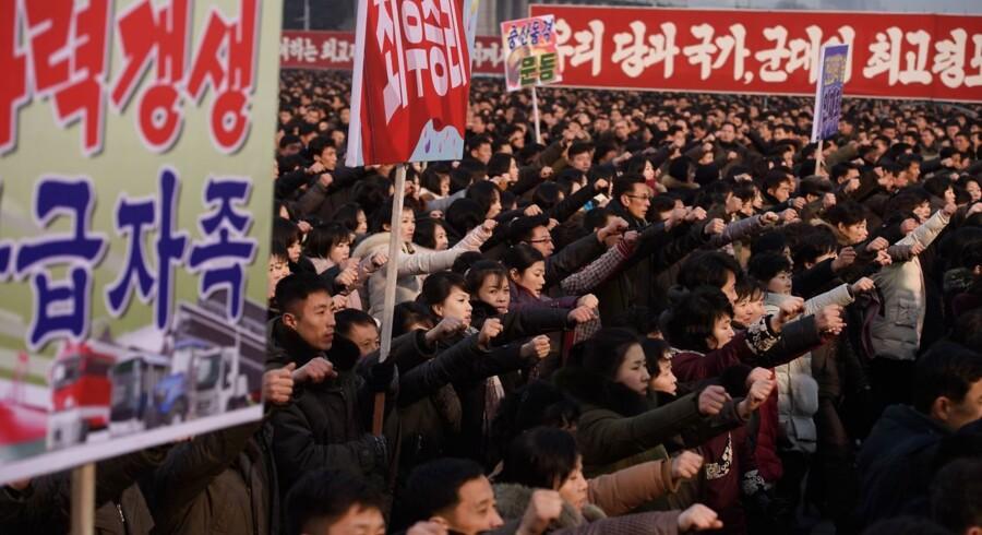 Folk samles for at hylde Kim Jong-uns nytårstale i Pyongyang, hvor han ud over at gå i rette med USA også lovede folk bedre levevilkår. 2019. Foto: Kim Won Jin/AFP/Ritzau Scanpix