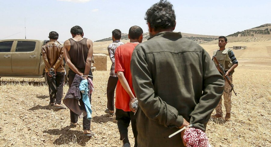 På billedet her, der er taget i maj 2016, ses en gruppe mænd, som er blevet taget til fange af de Syriske Demokratiske Styrker (SDF) for at have kæmpet for Islamisk Stat. Mens den syriske borgerkrig har stået på, har den kurdiske oprørsgruppe fængslet mere end 2.700 udenlandske IS-krigere. Nu er de bange for, at et tyrkisk angreb kan ende med at sætte fangerne fri.