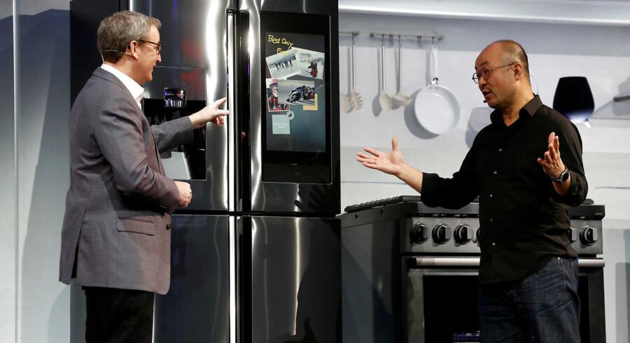 John Herring og Yoon Lee fra Samsung Electronics i USA foran det firmaets nyeste køleskab, hvor man kan placere elektroniske billeder på forsiden i stedet for papirbilleder.