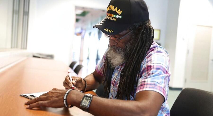 Clarence Singleton registrerer sig som vælger, efter at have mistet stemmeretten siden 2008. Han er en af de 1,4 millioner tidligere dømte indbyggere i staten Florida, som nu har fået ret til at stemme igen efter omstødelsen af en gammel lov fra 1868.