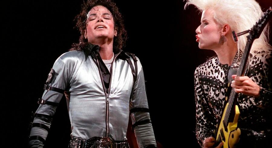 Den afdøde stjerne Michael Jackson (tv.) beskyldes igen for at have begået seksuelle overgreb mod mindreårige drenge. Det fremgår af en ny amerikansk dokumentarfilm.