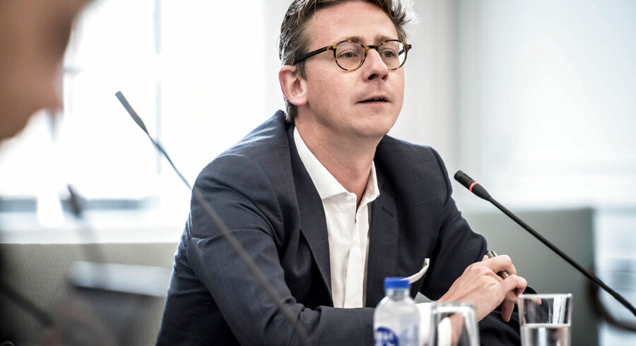 Skatteminister Karsten Lauritzen (V) har svært ved at se, at bilbranchens fidus flugter med ånden i lovgivningen.