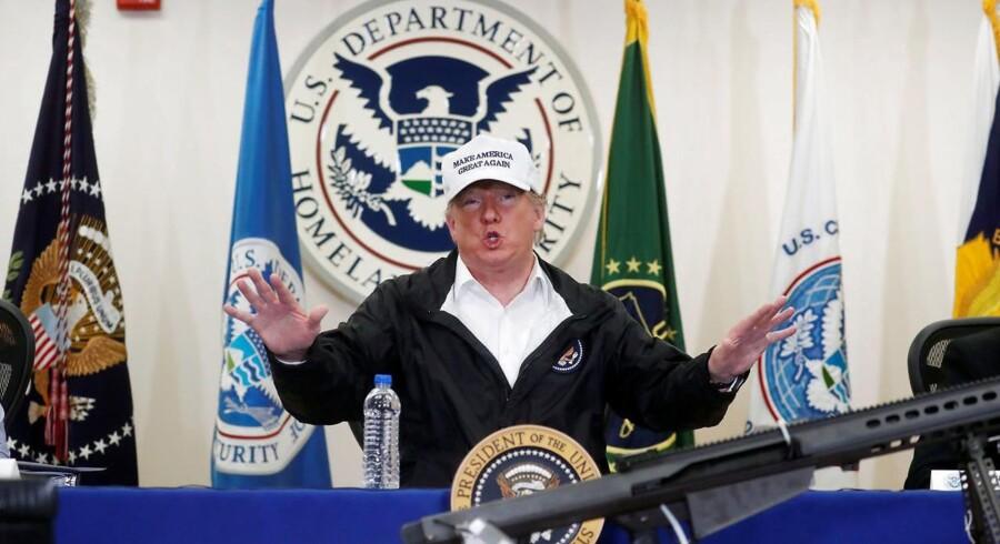 Trump holdt torsdag aften pressekonference under et besøg i den amerikanske grænseby McAllen nær grænsen til Mexico. Foran ham ligger et beslaglagt maskingevær fra grænsekontrollen.
