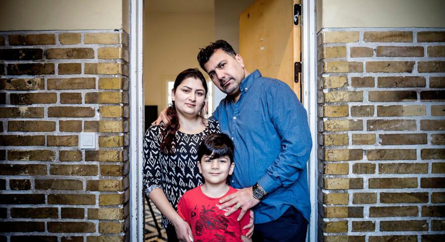 Diman Kadr og Jaf Mustafa med deres seksårige søn. Han har to storebrødre på 13 og 12 år, men de er i skole. De byder os på te, men siger, den er hemmelig. På Sjælsmark må beboerne ikke selv lave mad.