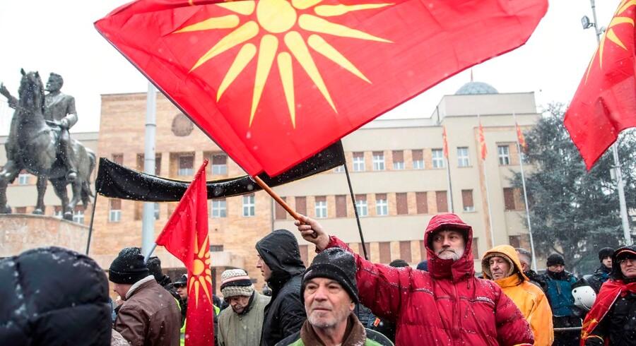 Når Makedonien endeligt skifter navn, har Grækenland lovet at ophæve sit veto over for et makedonsk medlemskab af den internationale organisation Nato samt det europæiske EU-samarbejde. (Foto: ROBERT ATANASOVSKI/Ritzau Scanpix)