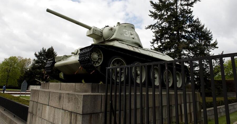 Mange danskere vil nær Brandenburger Tor i Berlin have passeret de to T-34 kampvogne, der er en del af monumentet for faldne sovjetiske soldater i 2. Verdenskrig. I 2014 var der underskriftsindsamling i Tyskland for at fjerne kampvognene, som en protest mod Ruslands opførsel over for Ukraine, men kansler Angela Merkel slog fast, at kampvognene og mindesmærket skulle forblive, som det var.