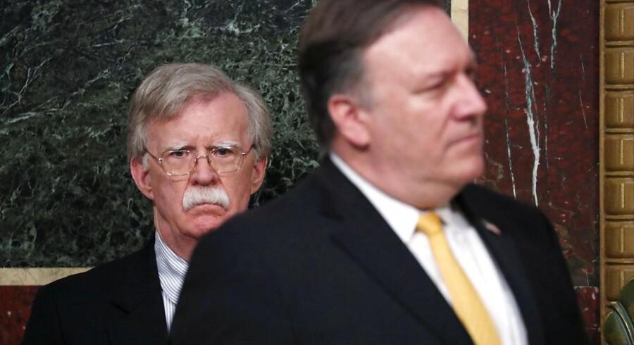 USAs nationale sikkerhedsrådgiver, John Bolton, ses her bag udenrigsminister Mike Pompeo.