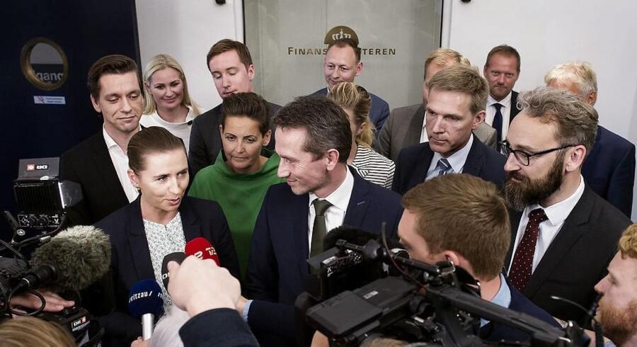 Mette Frederiksen (S) og Pia Olsen Dyhr (SF) (til venstre i billedet) møder kritik fra finansminister Kristian Jensen (V) for uprofessionel adfærd og for at svække den grønne omstilling, efter de har sat en stopper for, at Ørsted kan sælge det københavnske og sjællandske elnet Radius.