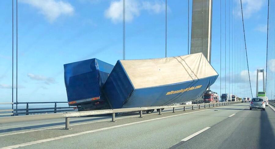 Storebæltsbroen er lukket i begge retninger på grund af en ulykke. En lastbil er væltet ned over midterrabatten. (Foto: Mathias Øgendal/Ritzau Scanpix)