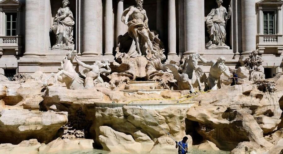 Hvert år fisker italienerne ifølge BBC et millionbeløb i småpenge op fra Trevi-springvandet i Rom. Pladsen i Rom var i oldtiden endestation for en 21 kilometer-lang akvædukt bygget omkring 19 f.Kr. for at levere vand til byens varme bade. Også dengang var der angiveligt et springvand, som dog blev ødelagt. Den nuværende Trevi-fontæne er omkring 300 år gammel.