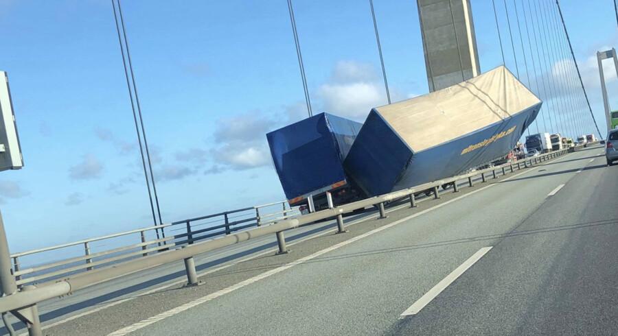 Storebæltsbroen var mandag lukket i flere timer, efter at en vogn på en lastbil væltede over midterrabatten. Mathias øgendal/Ritzau Scanpix