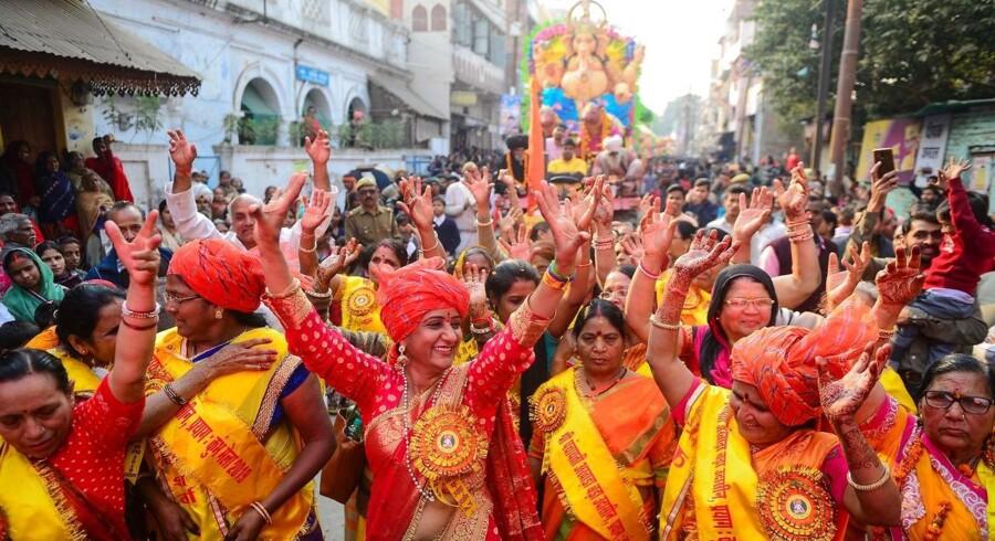 Hinduer går i procession ned mod sammenløbet af floderne Ganges og Yamuna, også kendt som Sangam.