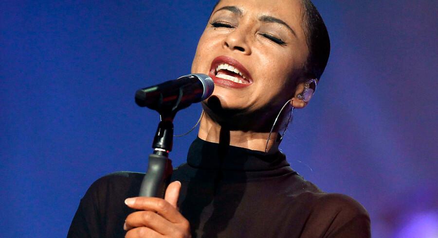 Sadé på scenen i Nice, Frankrig, under sin seneste turné i 2011.