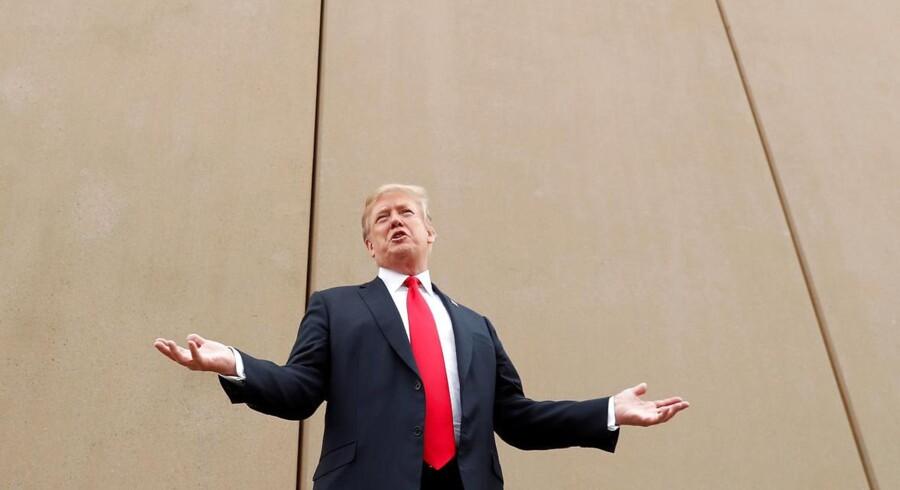 »Det var let nok at være modstander af mure, da de holdt østtyskere og nordkoreanere indespærret. Det er noget sværere, når verdens mest frastødende regimer næsten ikke gør noget for at holde borgerne inde bag grænserne,« skriver Niall Ferguson. Her ses Donald Trump foran en prototype på den mur, han ønsker bygget på grænsen mellem USA og Mexico.