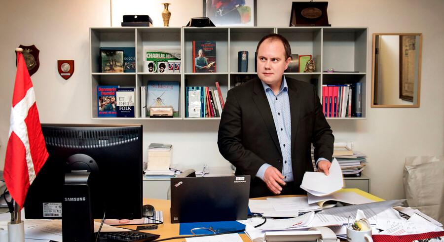 »De, som er uenige med Dansk Folkeparti, bruger ikke ordentlige argumenter. De bruger skældsord. Jeg havde ikke meget respekt for manden (Uffe Elbæk, red.), men der røg det sidste,« siger Martin Henriksen, udlændingeordfører for Dansk Folkeparti, om Uffe Elbæks udmelding om fascistiske tendenser i dansk politik.