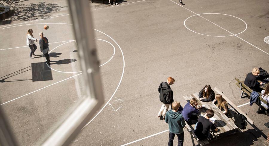 Tilsynsrapporter fra Arbejdstilsynet afslørede daglige slåskampe og trusler på tre skoler i hovedstadsområdet. Arkivfoto fra skolegård.