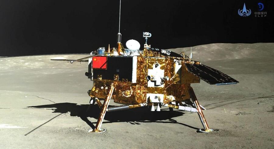 Billedet af den kinesiske månesonde Chang'e-4 er taget af roveren Yutu-2 på bagsiden af Månen. Fotografiet er udsendt af Kinas Nationale Rumforskningsorganisation CNSA.