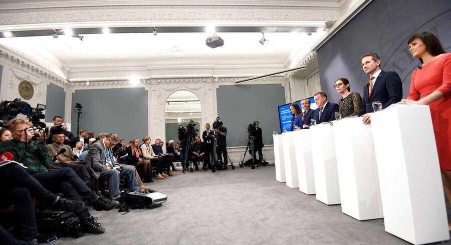 Konsekvensen af regeringens sundhedsreform vil blive en historisk afdemokratisering af sundhedsvæsenet, mener Danske Regioner. Her fremlægger statsministeren og en række ministre udspillet.