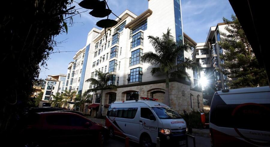 En ambulance holder foran det bygningskompleks med Hotel Dusit i Nairobi, hvor tirsdagens terrorangreb fandt sted.