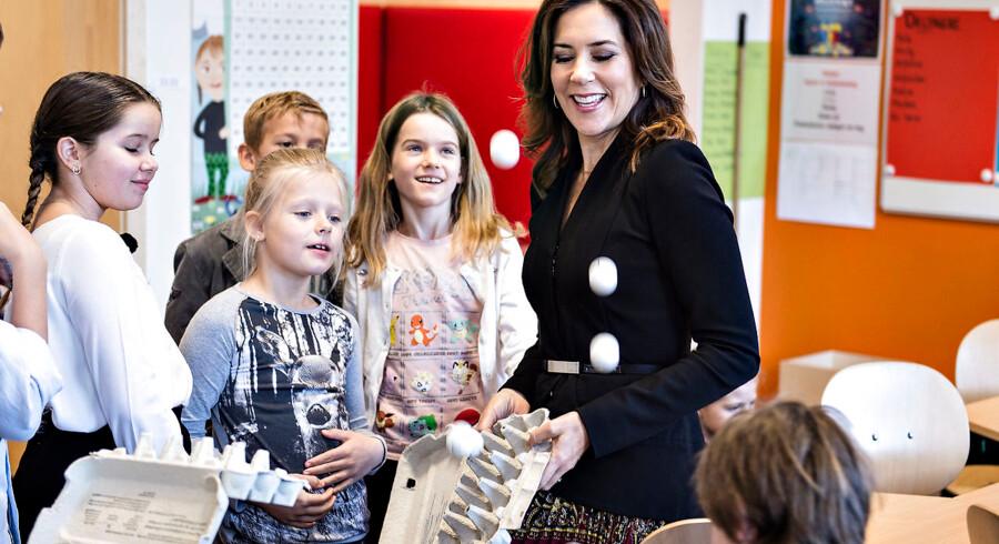 Kronprinsesse Mary indviede i 2017 den nyrenoverede Nøvling Skole ved Aalborg. Hun tog i den forbindelse blandt andet del i en læringsleg, der bestod af tennisbolde med tal i æggebakker hvor man kastede boldene op i luften for så at samle dem igen.
