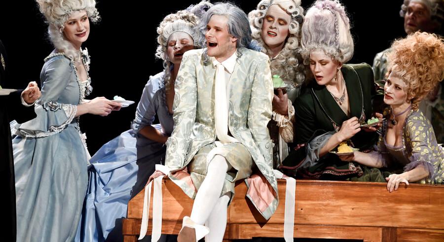 Mozart spilles af Simon Bennebjerg i Det Kongelige Teaters opsætning af »Amadeus« og ligner ham i øvrigt ikke specielt meget – komponisten var for eksempel kun omkring 160 centimeter i højden.
