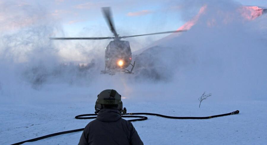 En helikopter ses under redningsoperationen ved Blåbærfjellet torsdag, hvor man har fundet yderligere to af de skiløbere, der omkom i en lavine den 2. januar. NTB Scanpix/Reuters