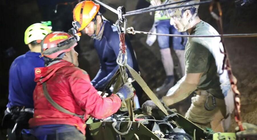 En thailanddsk dreng bliver hjulpet ud af Thamn Luang-hulen under de dramatiske dage i juli sidste år. Foto: AFP/ Royal Thai Navy