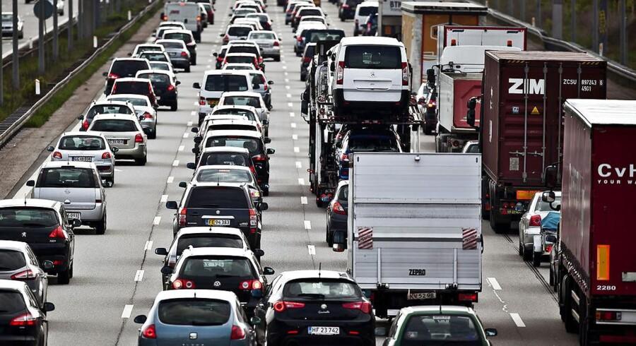 Regeringen vil nu sætte gang i en forundersøgelse af en ny motorvej på Sjælland, der skal aflaste trafikken på de store motorveje til og fra København.
