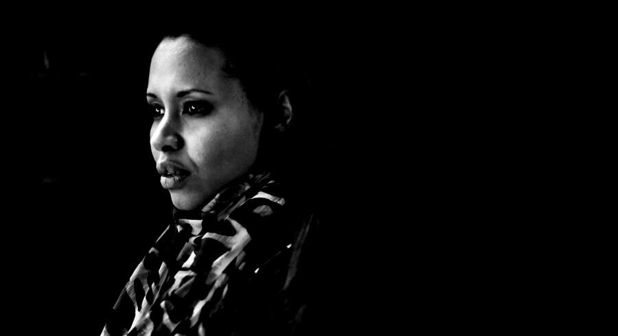 """Portræt af Sofia Jama, der debuterer med romanen """"Et andet menneske, et andet liv."""" Hun er selv somalisk flygtning og kom til Danmark som 14-årig."""
