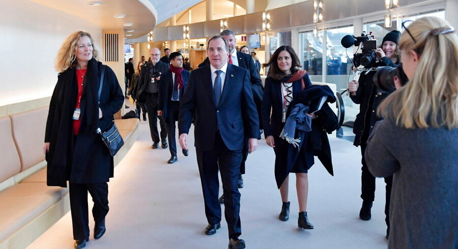 Den svenske statsminister, Stefan Löfven, skal balancere en mindretalsregering mellem Vänsterpartiet på venstrefløjen og de to liberale partier, Centerpartiet og Liberalerna.