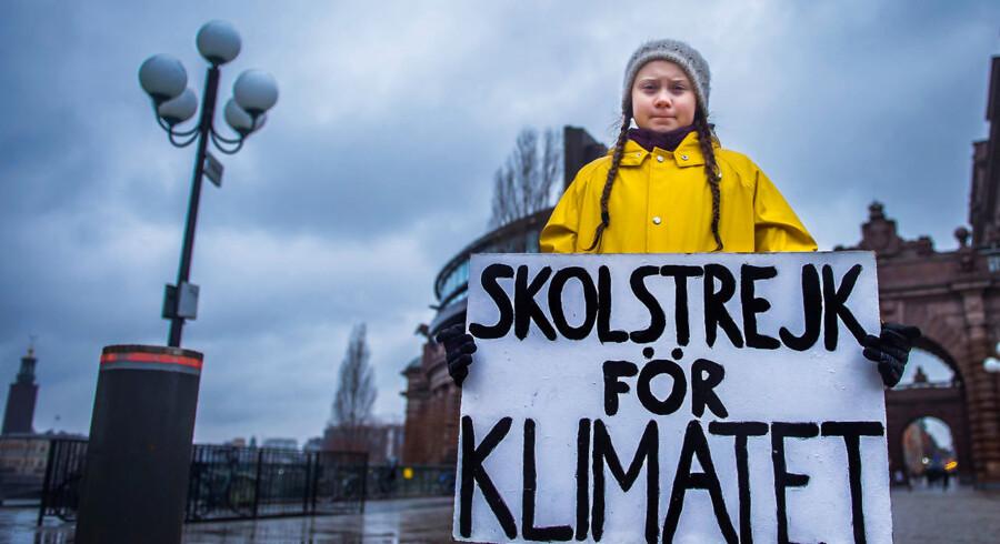 Greta Thunberg uden for den svenske Riksdag i Stockholm i november 2018. Den svenske skolepige, der er diagnosticeret med Aspergers syndrom, er blevet en superstjerne for mange børn og unge, men er også blevet beskyldt for at være styret af klimapolitiske kræfter.