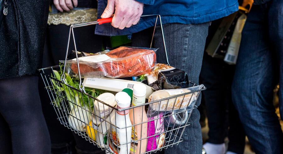 Dagligvareindkøb sluger en betydelig del af danskernes rådighedsbeløb. Det kan derfor være en god ide at slå ned på sine indkøbsvaner, hvis man gerne vil bruge færre penge i det nye år. Eksempelvis anbefaler eksperterne, at man køber stort ind til hele ugen frem for mange småindkøb.