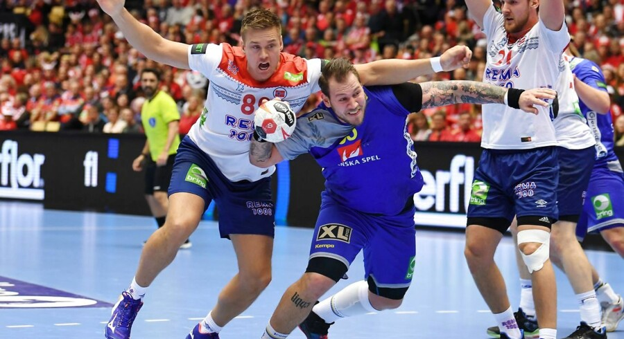 Sweden's Andreas Nilsson (C) and Norway's Espen Lie Hansen (L) vie for the ball during the IHF Men's World Championship 2019 Group II handball match between Sweden and Norway at the Jyske Bank Boxen arena in Herning on January 21, 2019. (Photo by Jonathan NACKSTRAND / AFP)