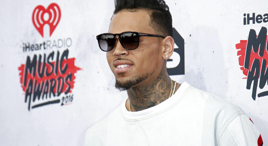 Popstjernen Chris Brown blev mandag anholdt mistænkt for voldtægt i Paris. Her er han fanget ved iHeartRadio Music Awards i Californien i 2016.