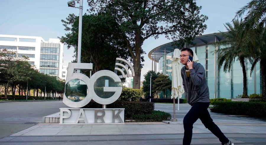 Den kinesiske IT-gigant Huawei indleder nu en charmeoffensiv, efter at flere og flere europæiske lande går i USAs fodspor og giver virksomheden den kolde skulder. Kom selv og se, lyder det blandt andet fra Huaweis formand i Davos, mens tyske journalister allerede i tirsdags fik adgang til blandt andet cybersikkerhedslaboratoriet i Huaweis globale hovedkvarter i Shenzhen.