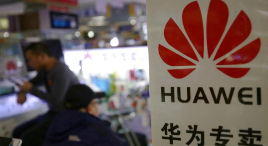 Den kinesiske mobilgigant Huawei, som både er verdens største leverandør af teleudstyr og verdens næststørste smartphoneproducent, er i søgelyset hos politikere verden over af frygt for, at teknologien kan misbruges til spionage. Og nervøsiteten smitter.