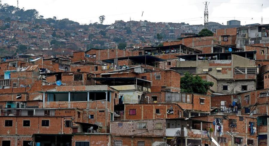 Forholdene i såvel slummen i Caracas som resten af landet forværres løbende. Økonomien fungerer ikke længere, pengene er ikke noget værd og olieproduktionen i frit fald.