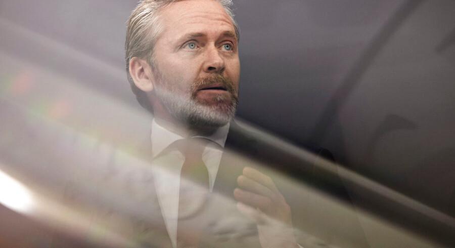 Udenrigsminister Anders Samuelsen (LA) er netop nu i samråd for at have givet forskerne bag undersøgelsen af dansk krigsdeltagelse tillaldelse til at citere dybt fortrolige oplysninger.