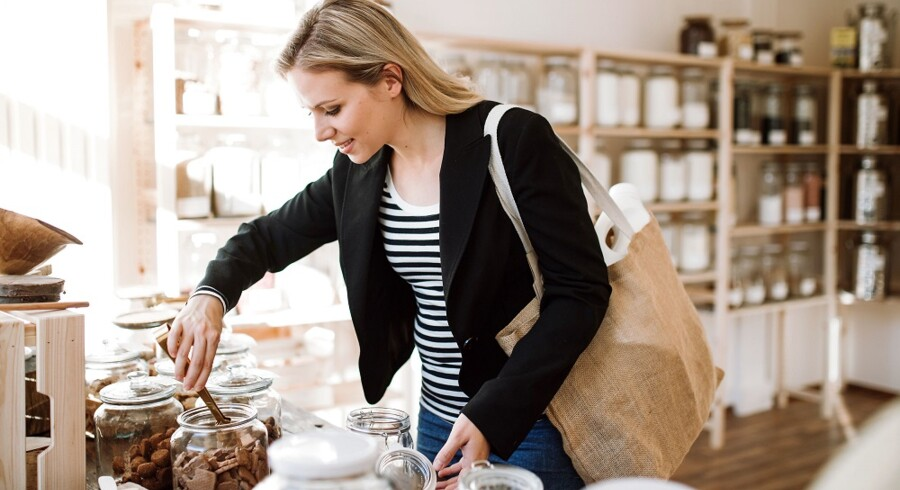 Flere og flere forbrugere ændrer deres forbrugsvaner til at blive mere miljøbevidste, og dermed ændrer flere og flere forretninger også deres fokus mod at blive bæredygtige. Det giver sig f.eks. til udtryk i forretninger, der ikke har noget emballage på deres varer og sælger alle produkter i glaskrukker. Billede: Scanpix