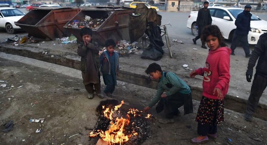 I Afghanistan brænder gadebørn plastikaffald for at holde varmen. I en ny rapport fra Oxfam hedder det sig, at de rigeste bliver rigere, mens de fattigste bliver fattigere. Men rapporten er blevet mødt med hård kritik.