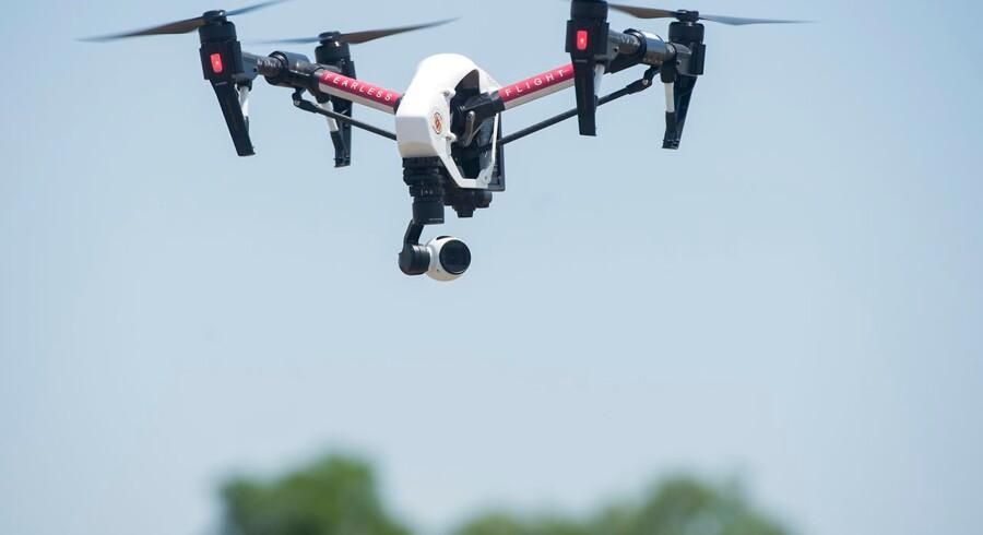 Den kinesiske droneproducent DJI er den største producent af kommercielle droner. DJIs droner kan flyve efter GPS-koordinater og er udstyret med kameraer, der kan filme i høj opløsning. I USA er dronerne blevet forbudt for militæret samt flere offentlige myndigheder af frygt for, at de informationer, dronerne indsamler, bliver delt med Kinas regering.