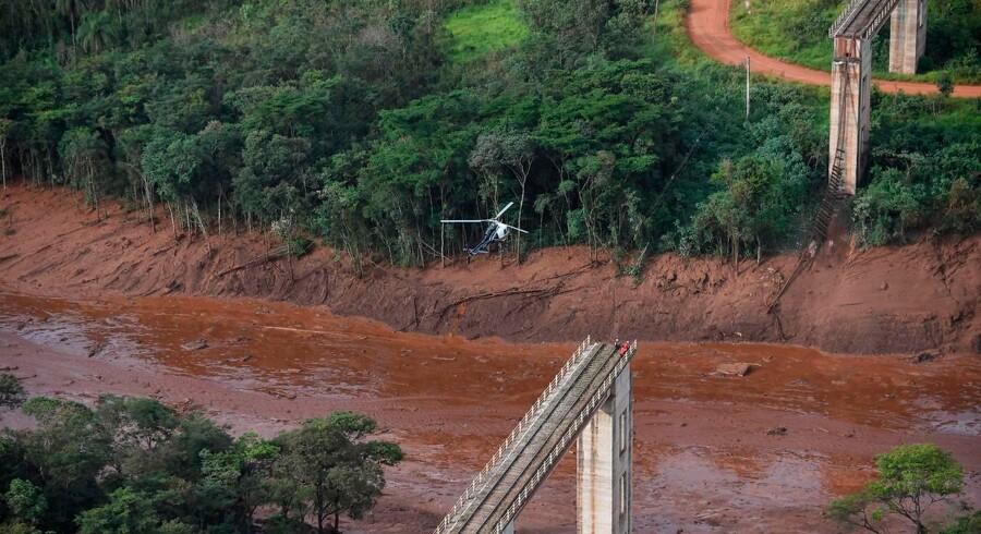 Et foto taget fra en helikopter viser de voldsomme mudderskred og oversvømmelser samt resterne af dæmningen, ejet af Brasiliens store mineselskab Vale, der kollapsede fredag nær byen Brumadinho i det sydøstlige Brasilien.